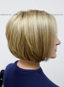 Стрижка на волосы средней длины с открытой шеей.